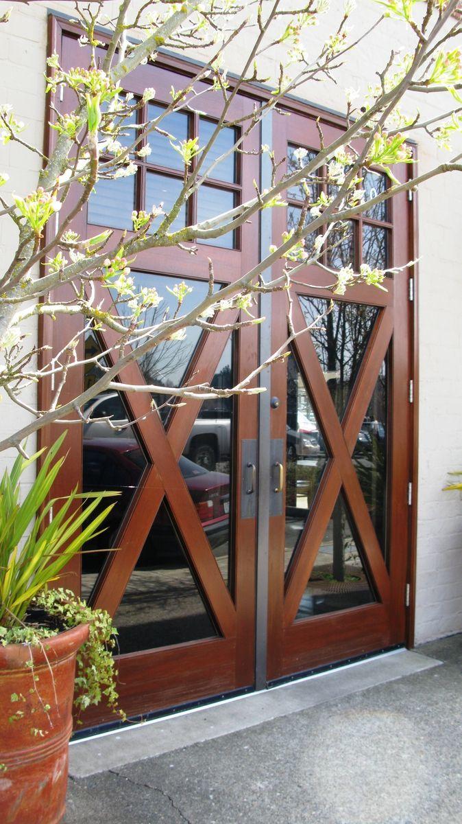 Красивые входные двери со вставками из стекла