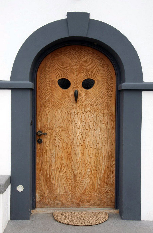 Резная входная деревянная дверь