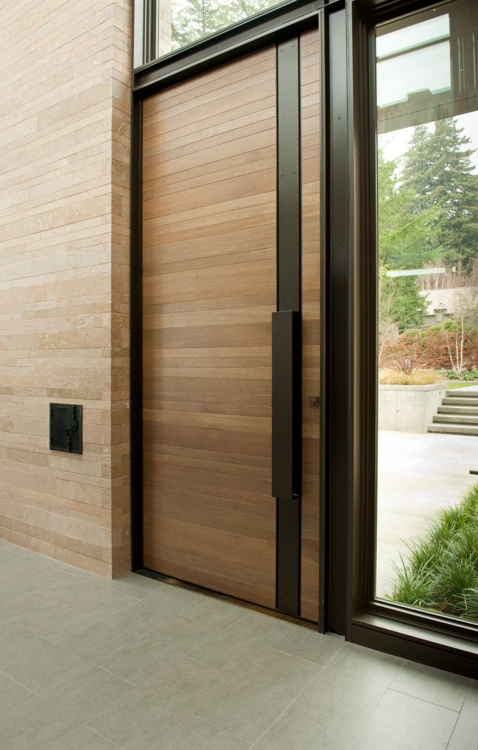 Входная дверь из дерева и металла