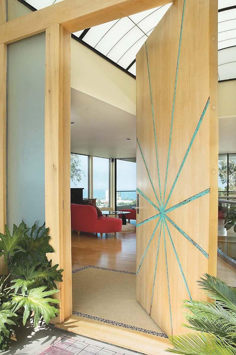 Светлая дизайнерская входная дверь