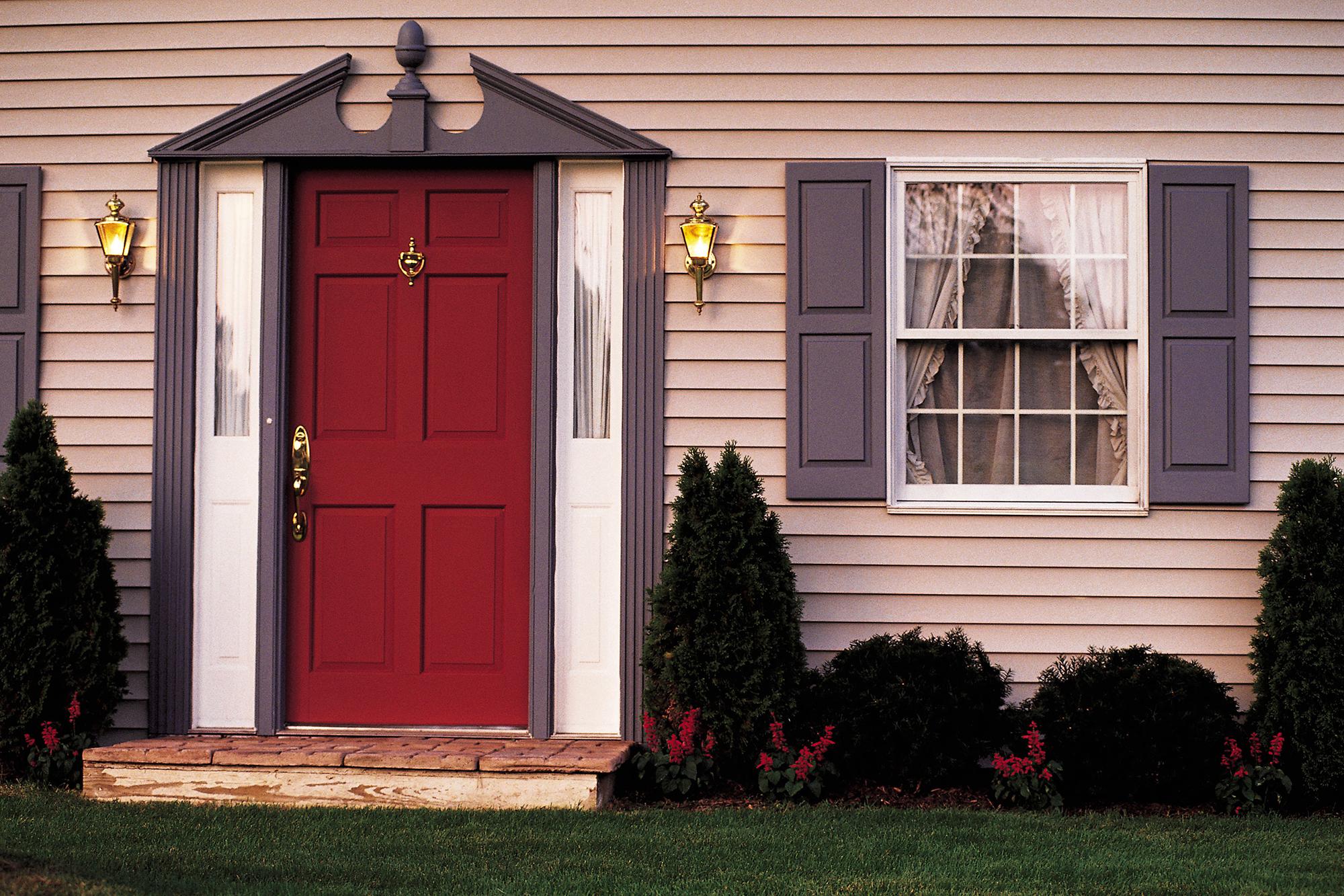 Красная входная дверь