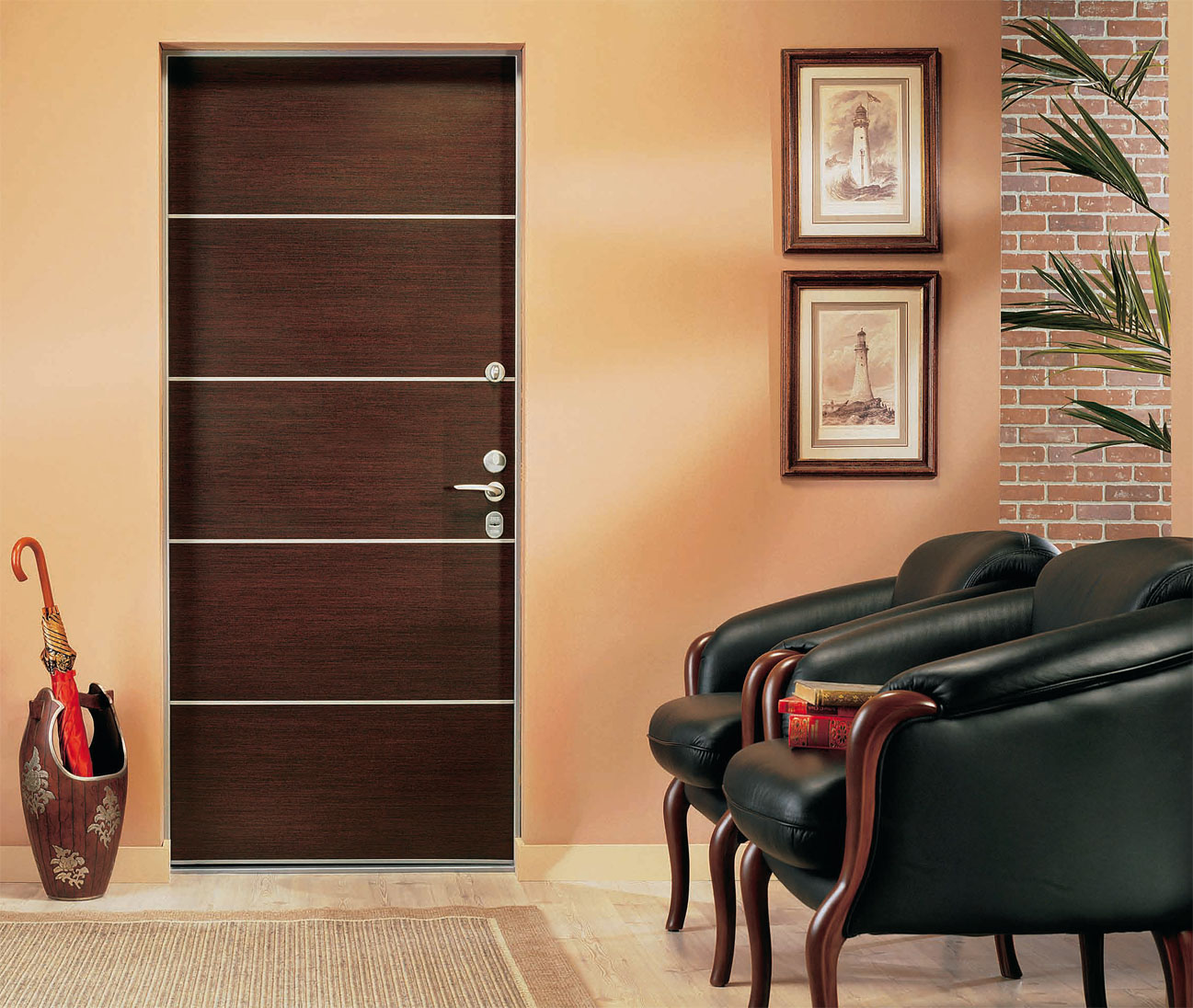 Коричневая входная дверь в квартиру