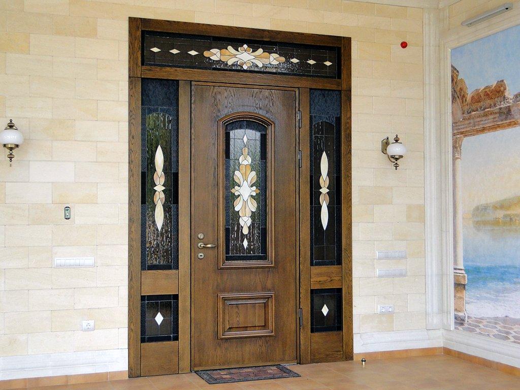 Входная дверь из дерева и витража