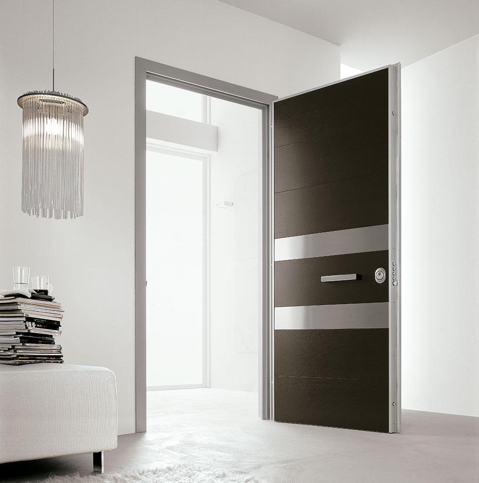 Черно-серебристая входная дверь в квартиру