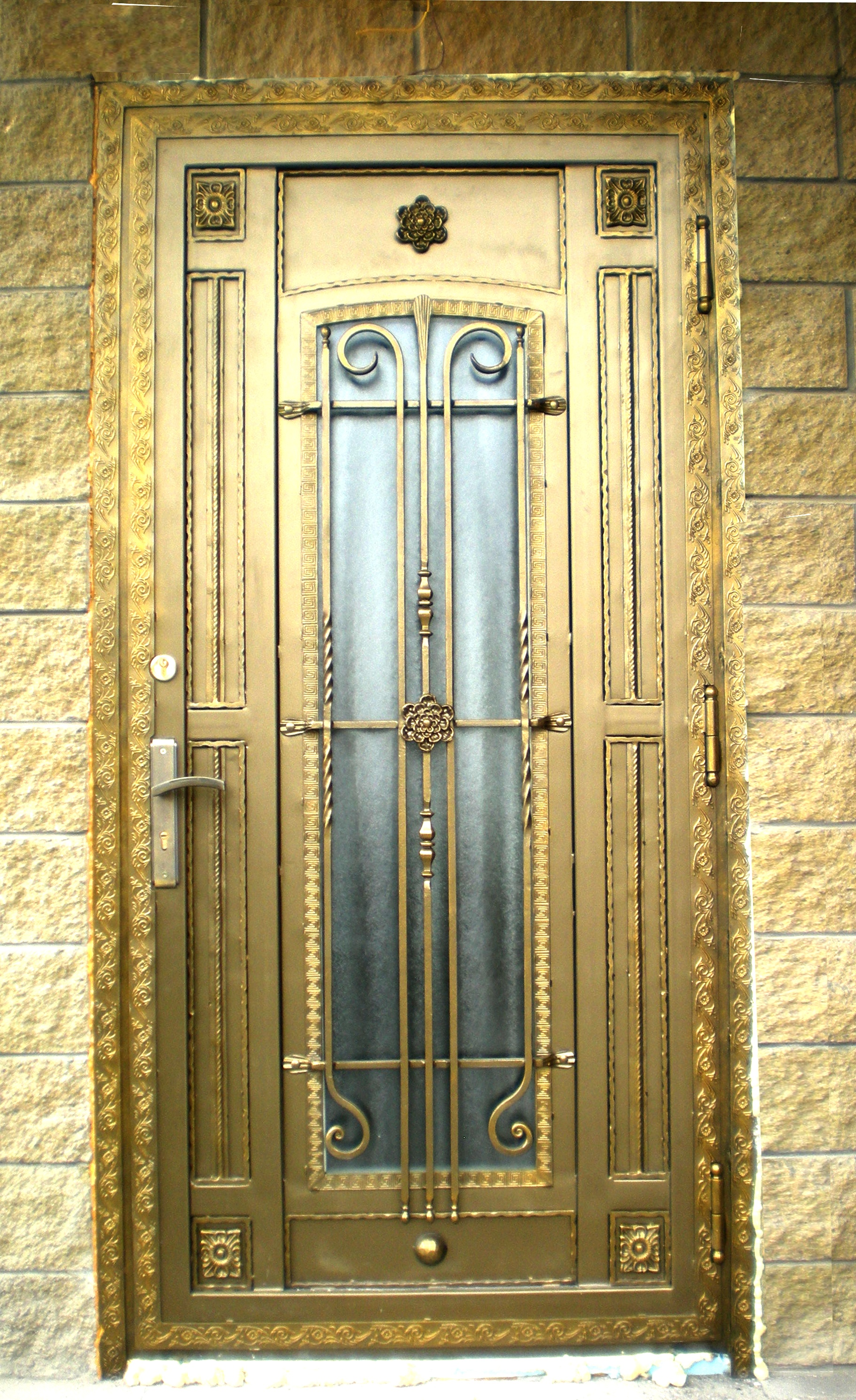 Золотистая металлическая дверь