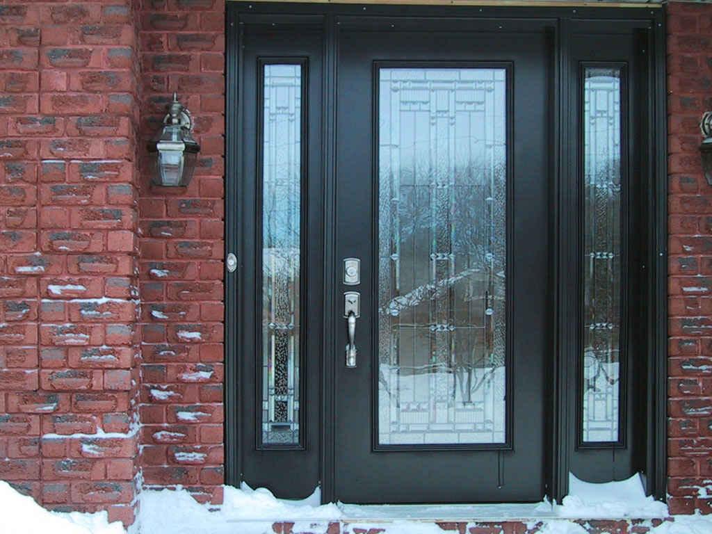Черная входная дверь со стеклянными вставками