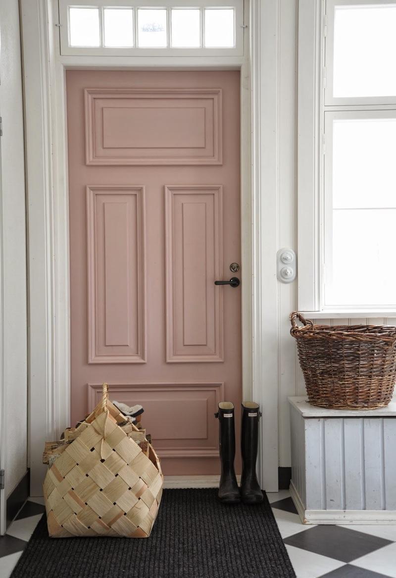Входная дверь, окрашенная в розовый внутри