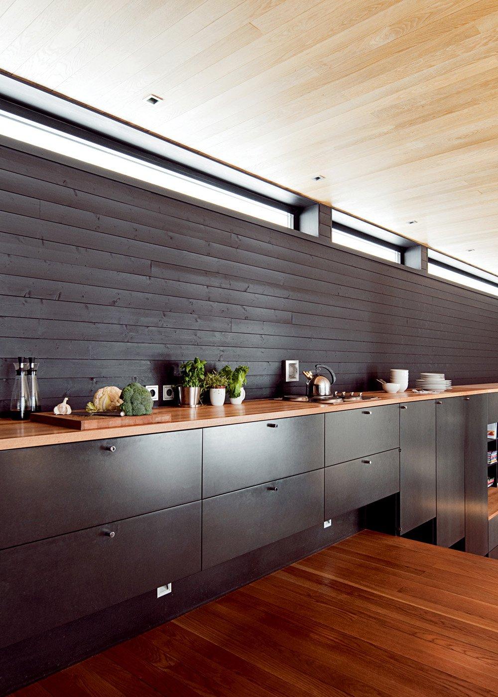 Кухня без навесных шкафчиков в доме