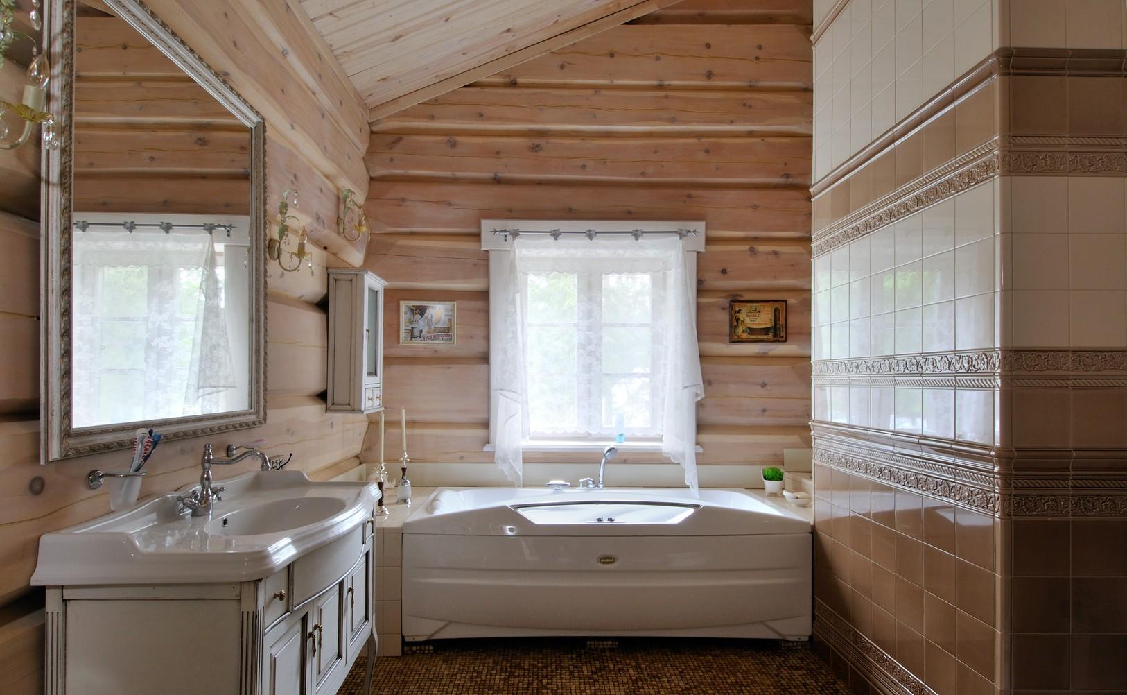 Ванная комната с деревом и плиткой на стенах в стиле кантри