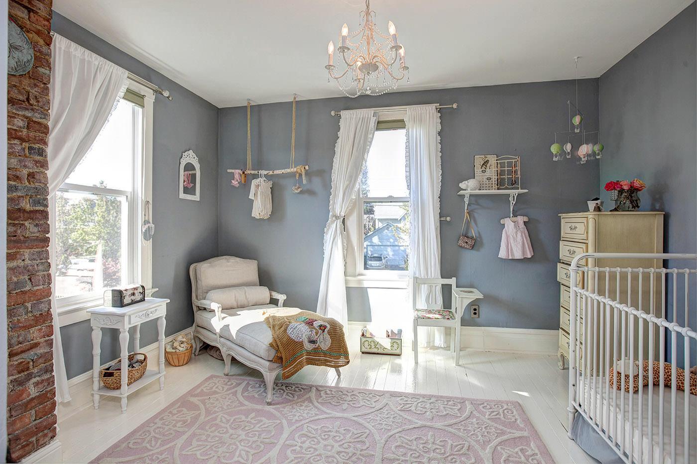 Бело-синяя детская комната в стиле кантри