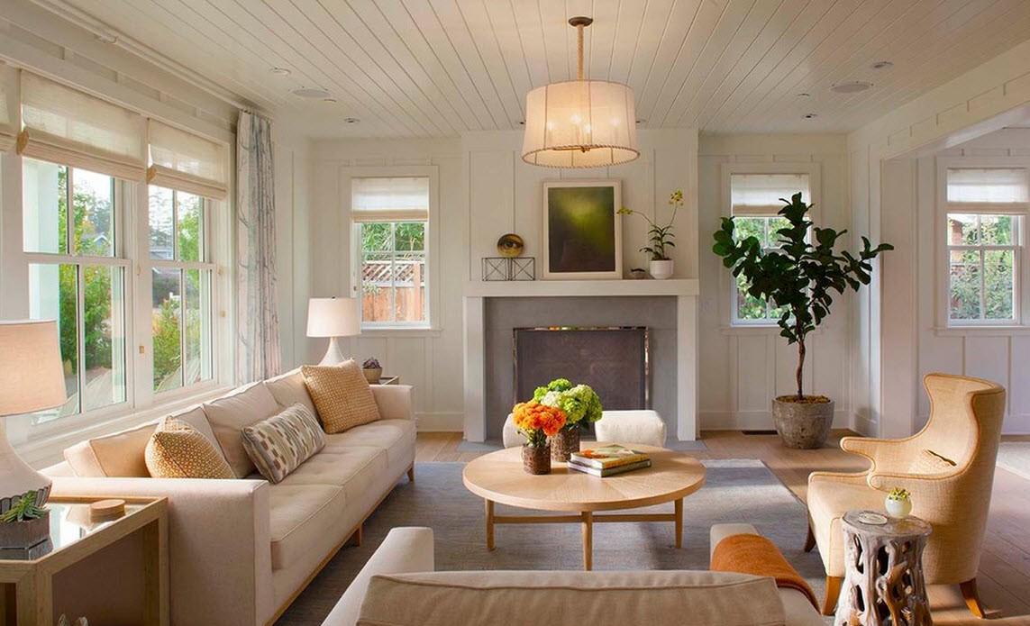 Бело-бежевая гостиная в стиле кантри в доме