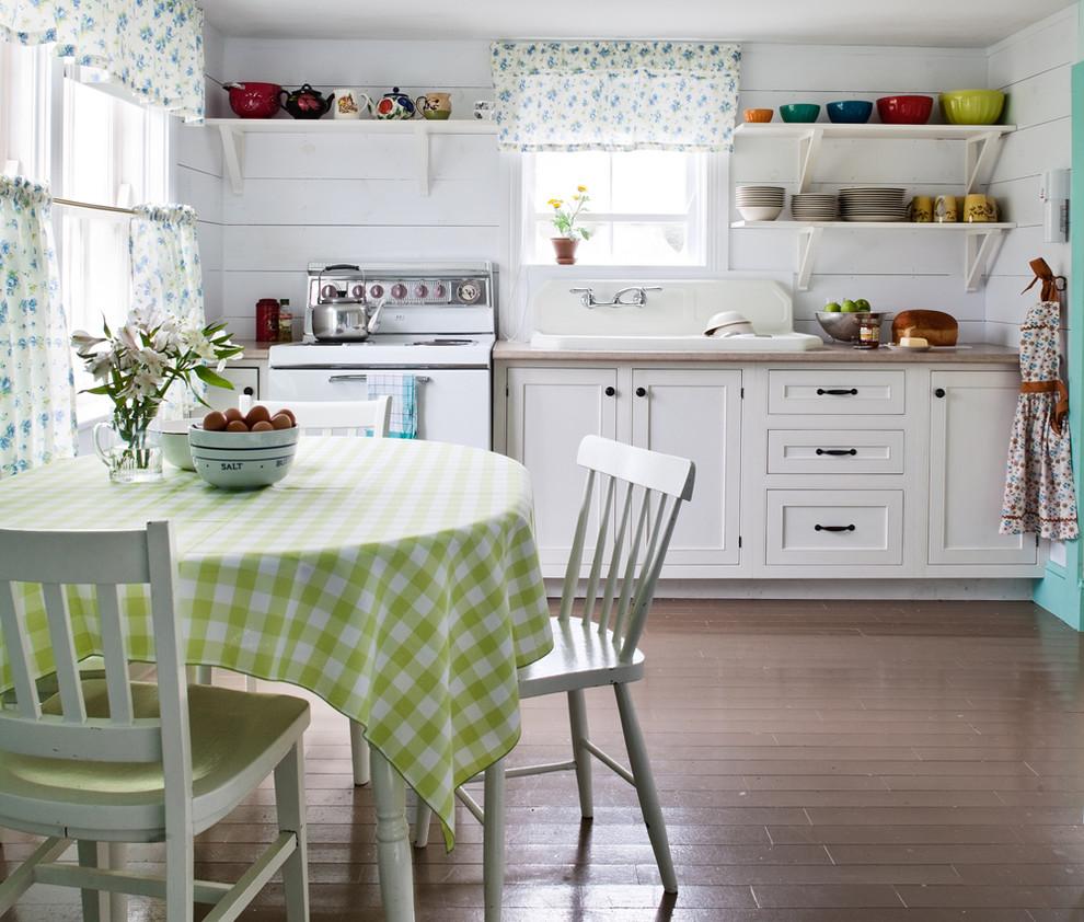 Светлая небольшая кухня в стиле кантри