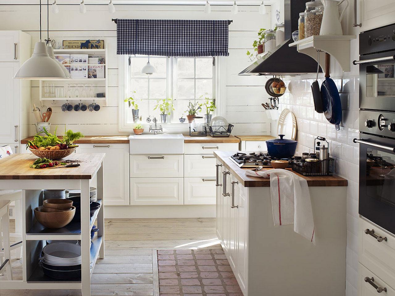 Белая кухня с синими и коричневыми акцентами в стиле кантри