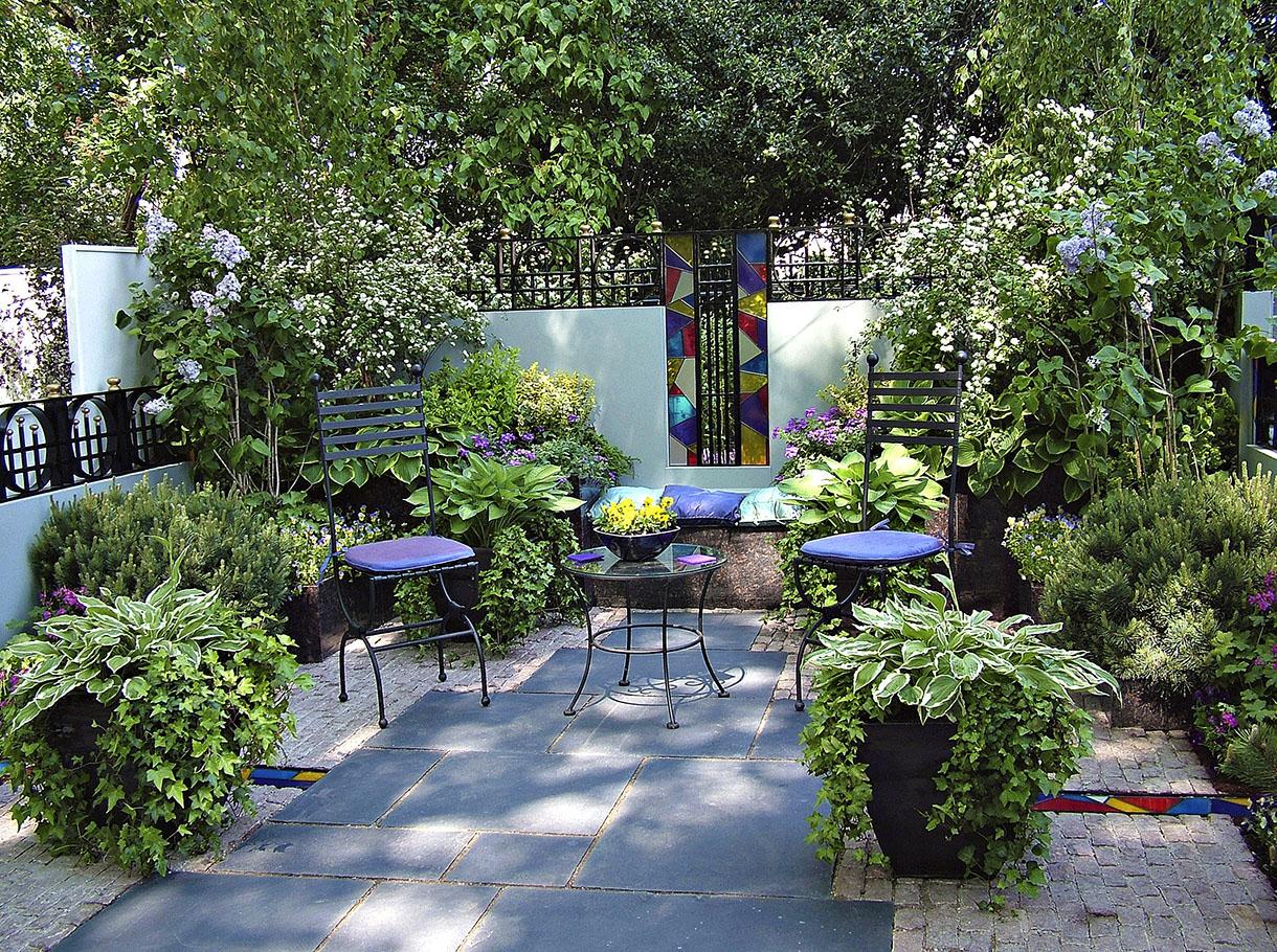 Декоративные кустарники во внутреннем дворике