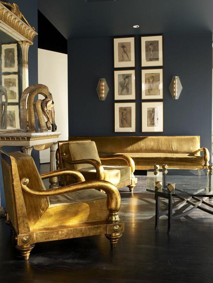 Золотистая мебель в гостиной в египетском стиле