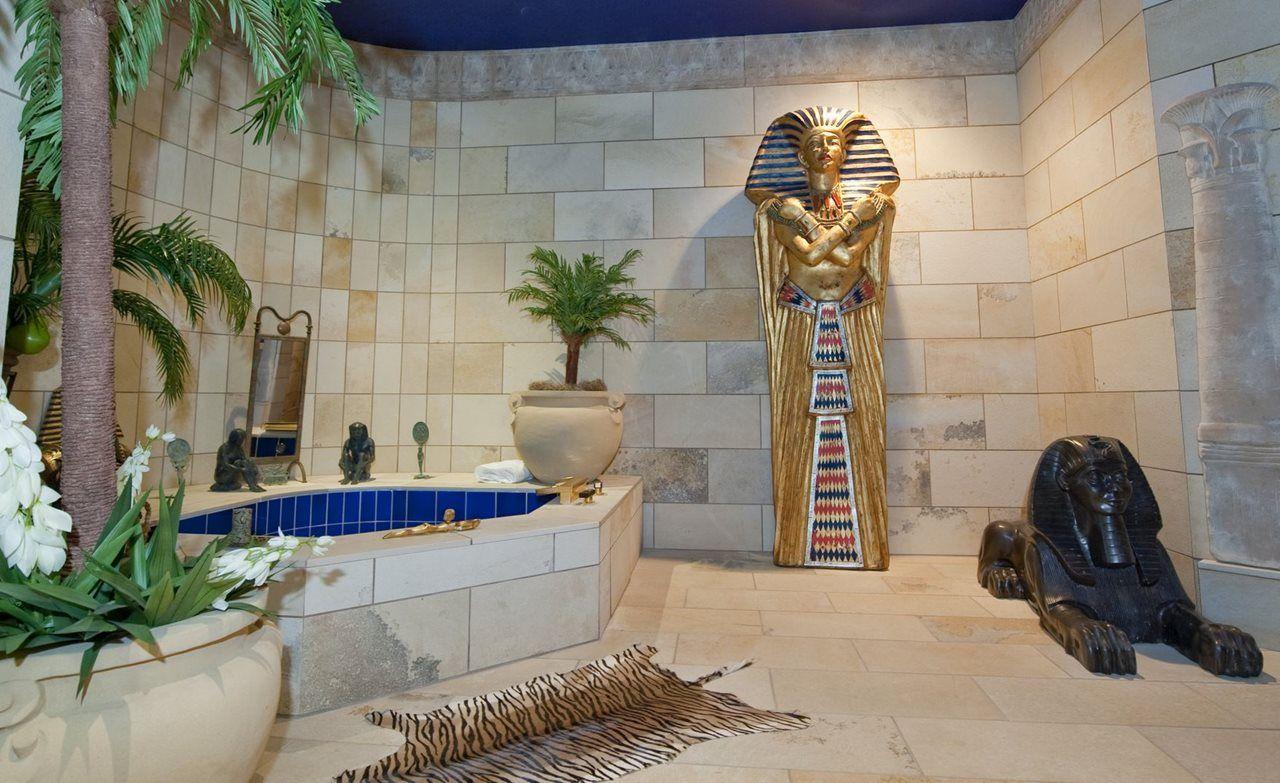 Ванная комната, украшенная египетским декором