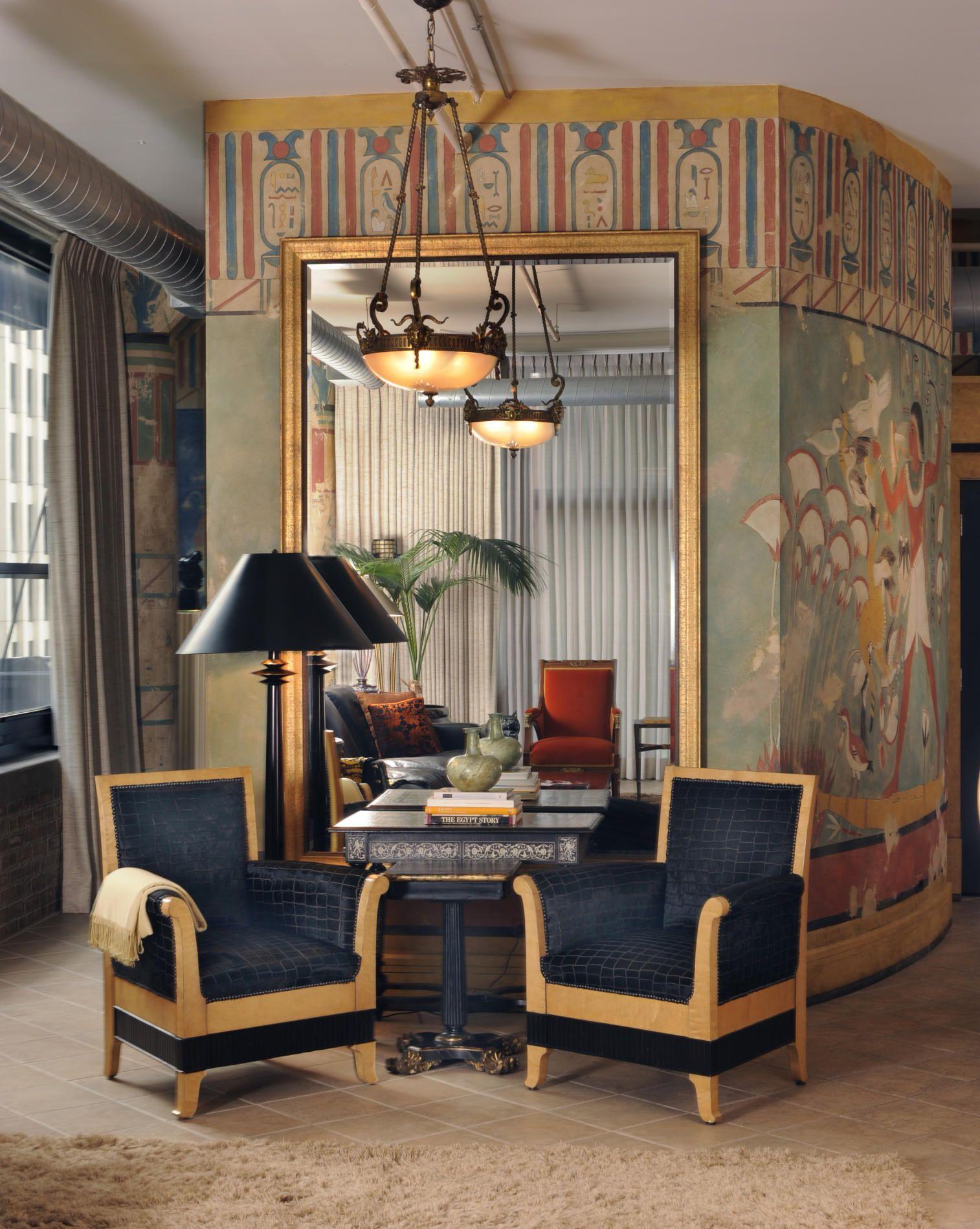 Гостиная в египетском стиле с большим зеркалом