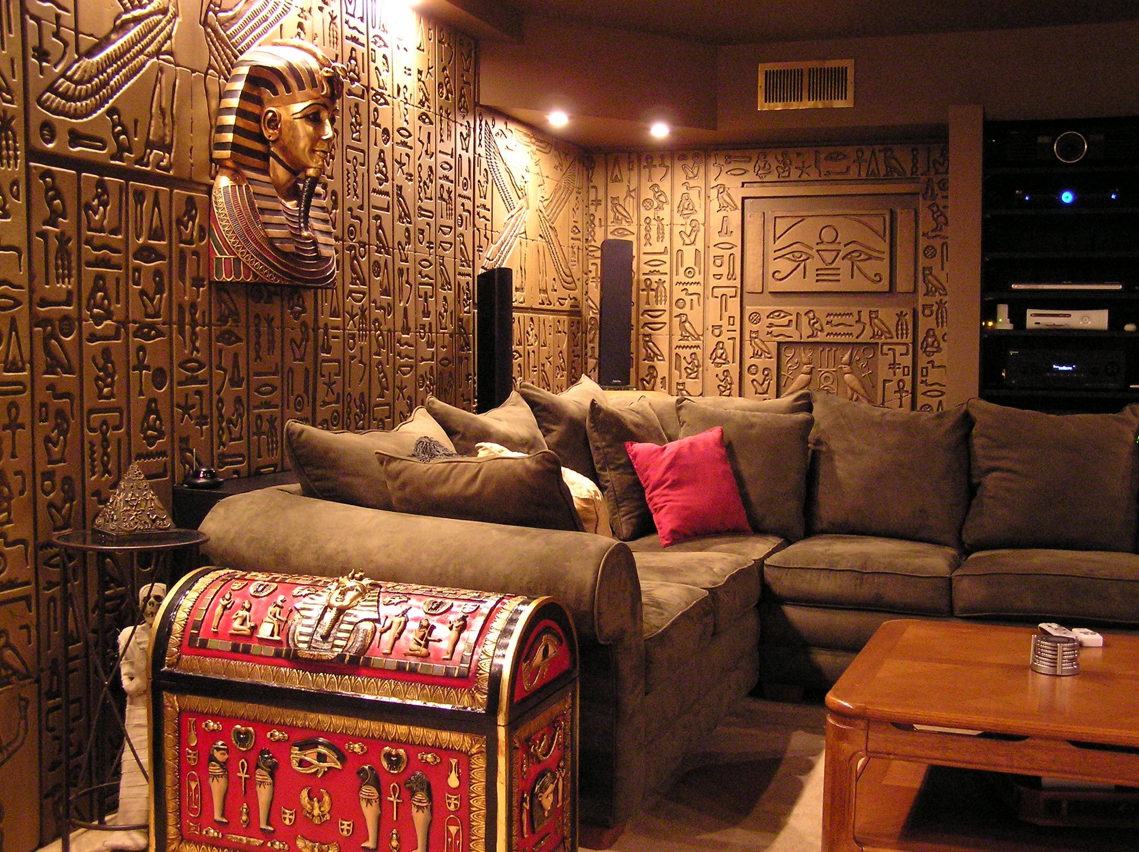 Гостиная в египетском стиле с росписью на стенах