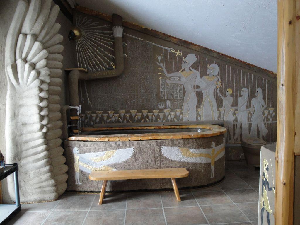 Серо-белая ванная комната в египетском стиле