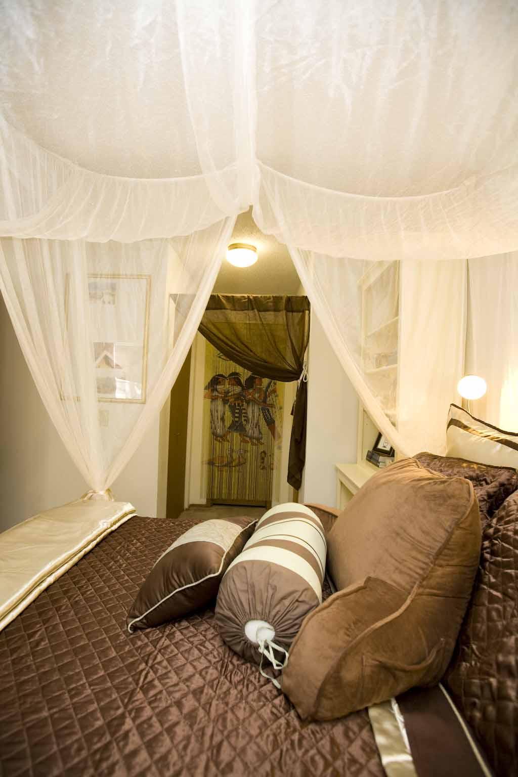 Украшение выходов из комнат в египетском стиле тканью