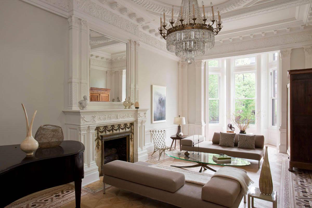 Коричнево-белая гостиная с камином в итальянском стиле