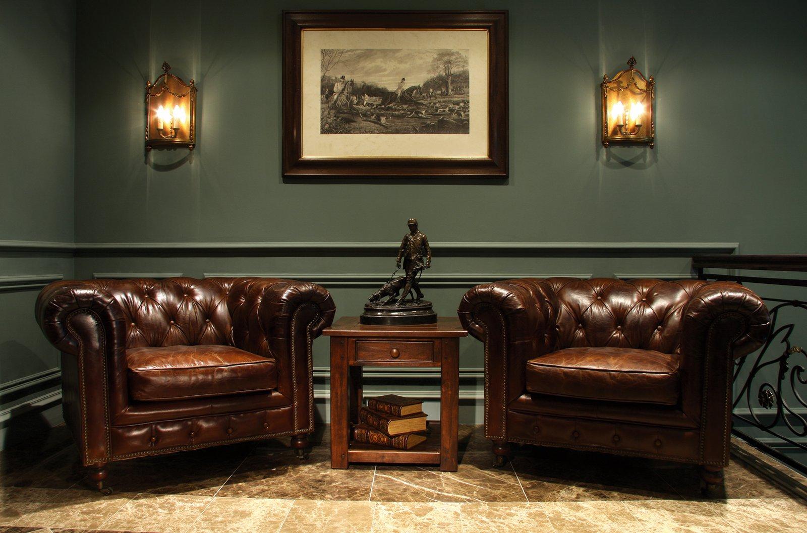 Кожаные кресла в английском интерьере