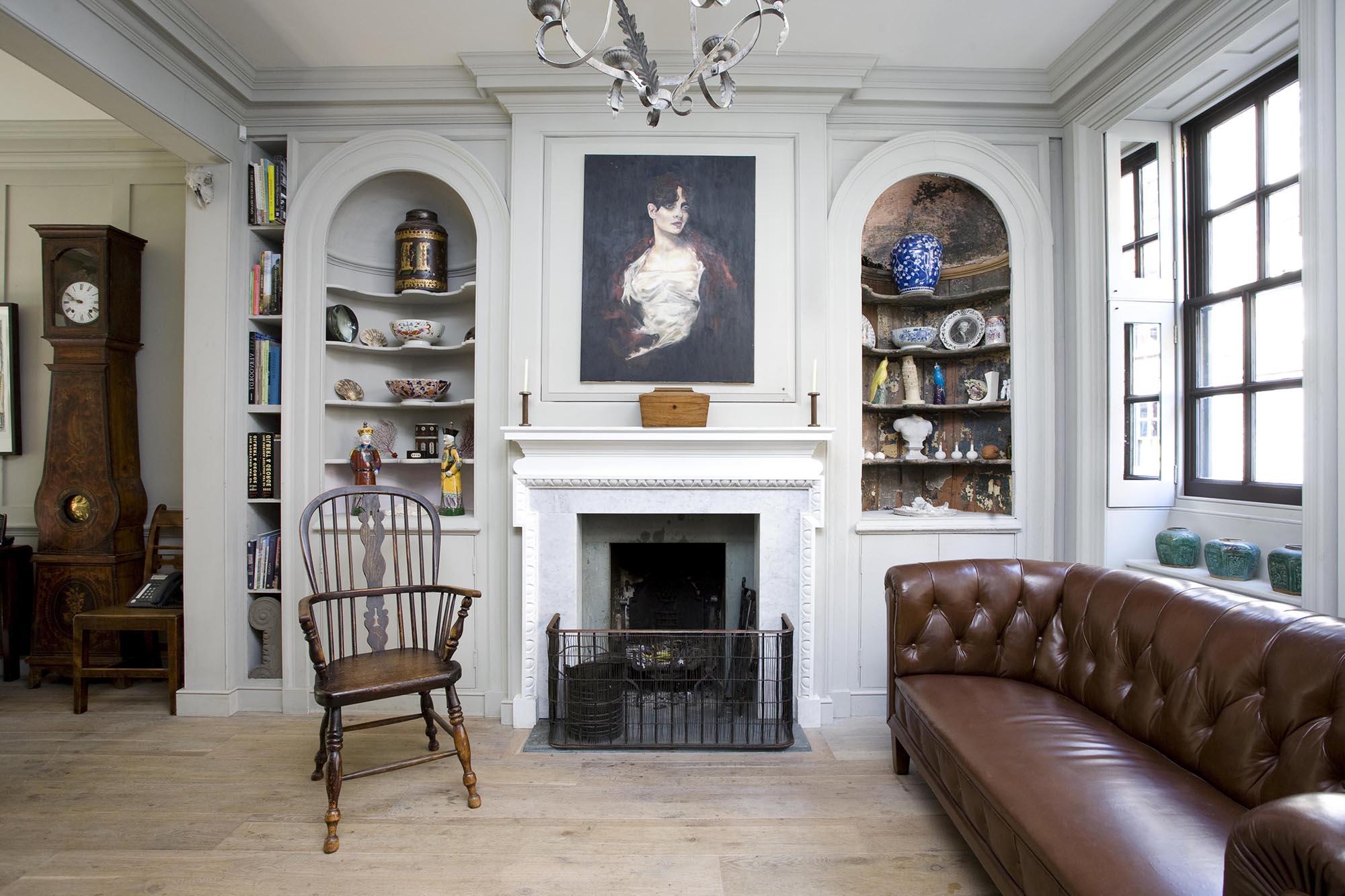 Бело-коричневая гостиная в английском стиле