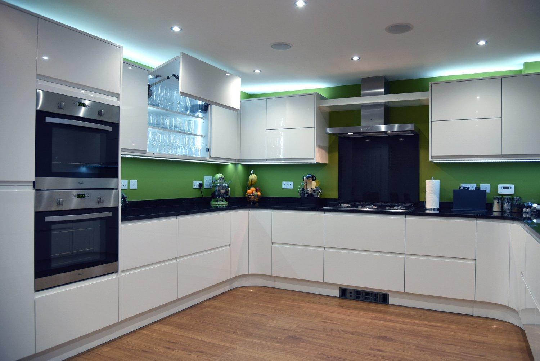 Оливковый фартук в интерьере кухни