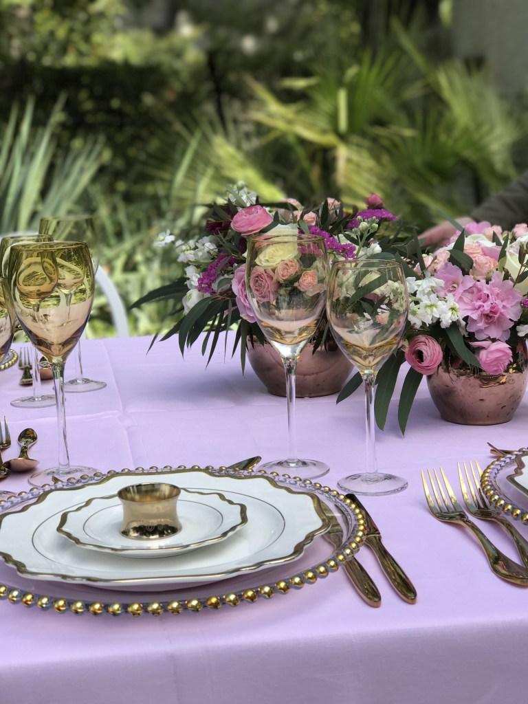 Фиолетовая сервировка стола