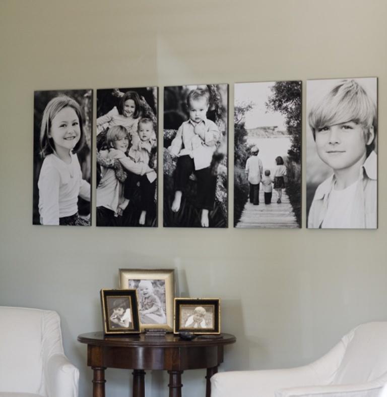 Семейные снимки на стене и столике