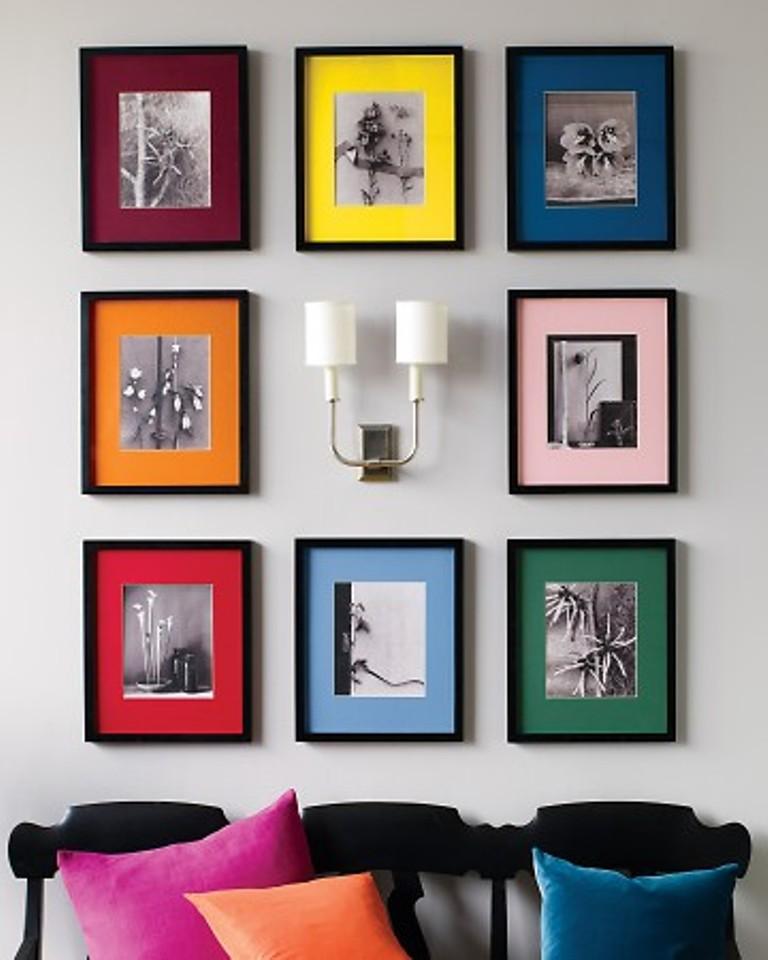Черно-белые фотографии в ярких рамках в интерьере