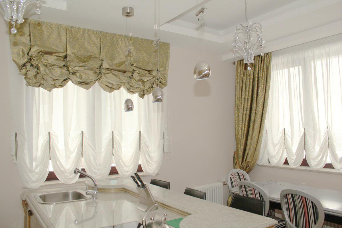 Французские плотные и прозрачные шторы в интерьере кухни