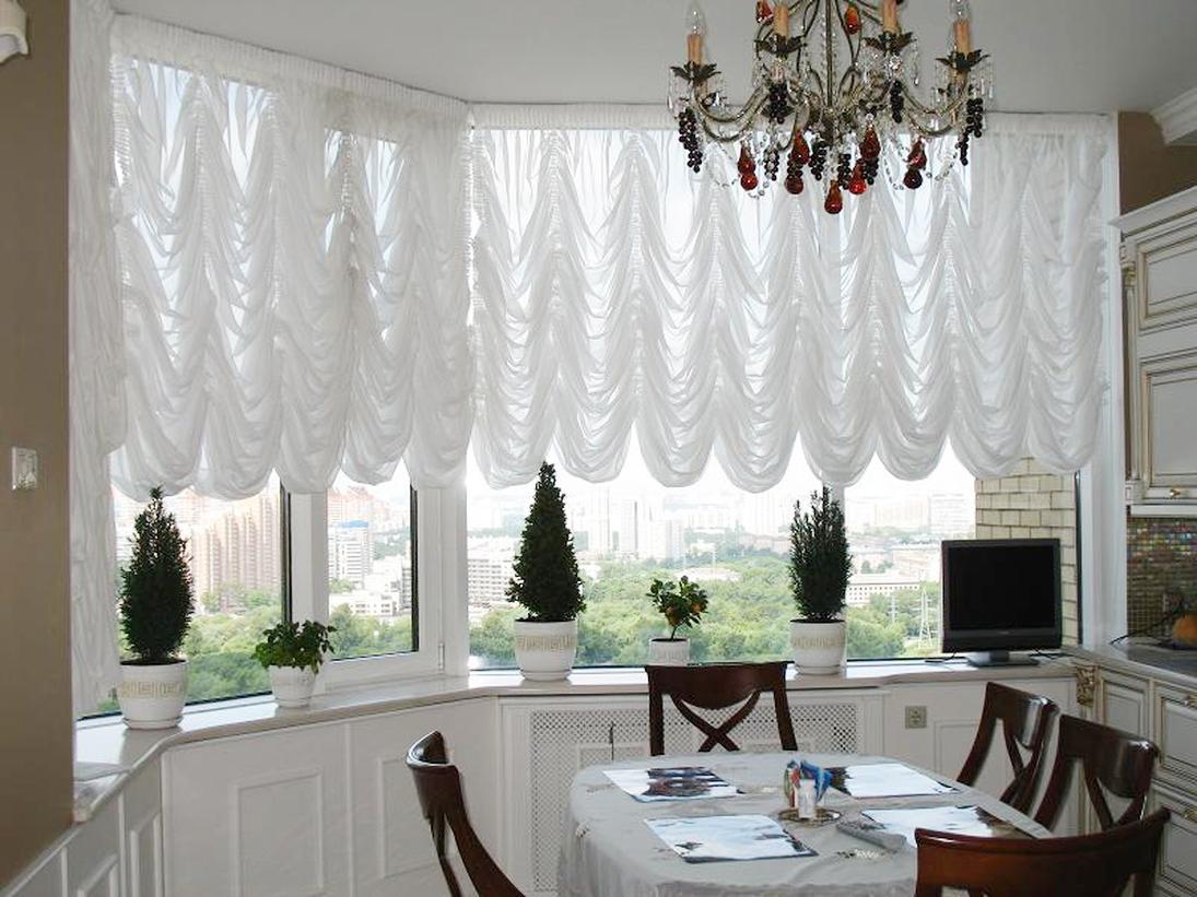 Белые французские шторы на кухне