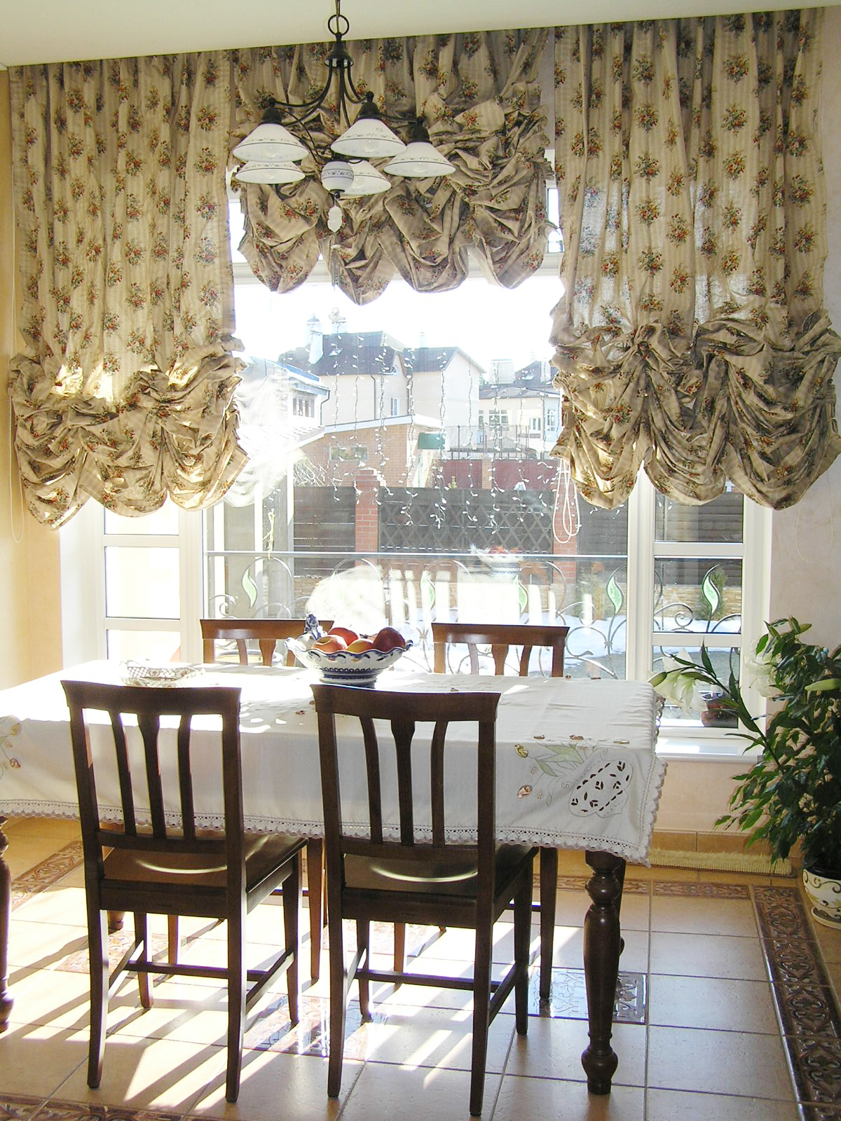 Кухня в стиле прованс с французскими шторами
