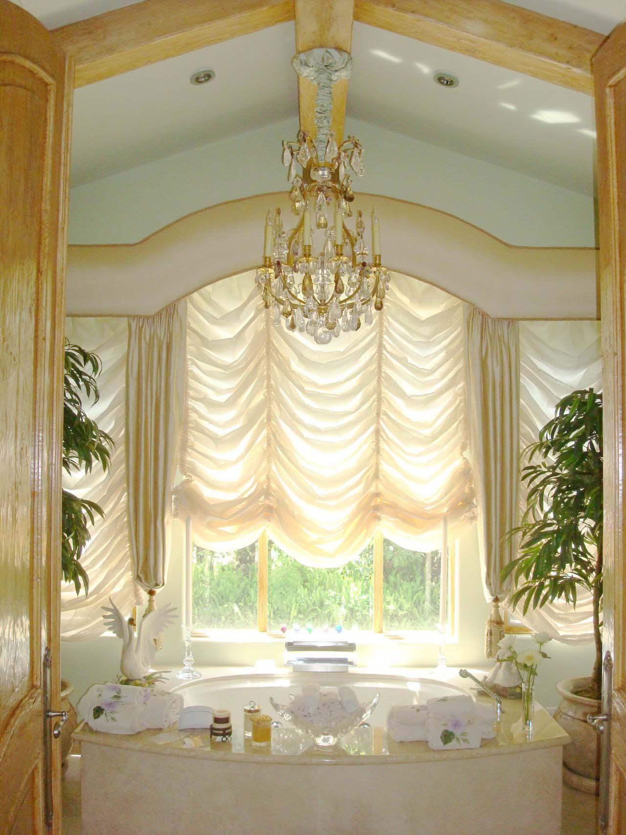Легкие французские шторы в ванной