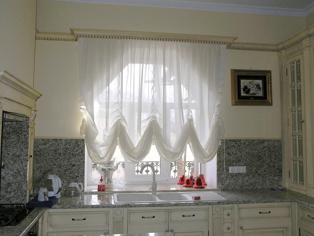 Белые стильные французские шторы на кухне