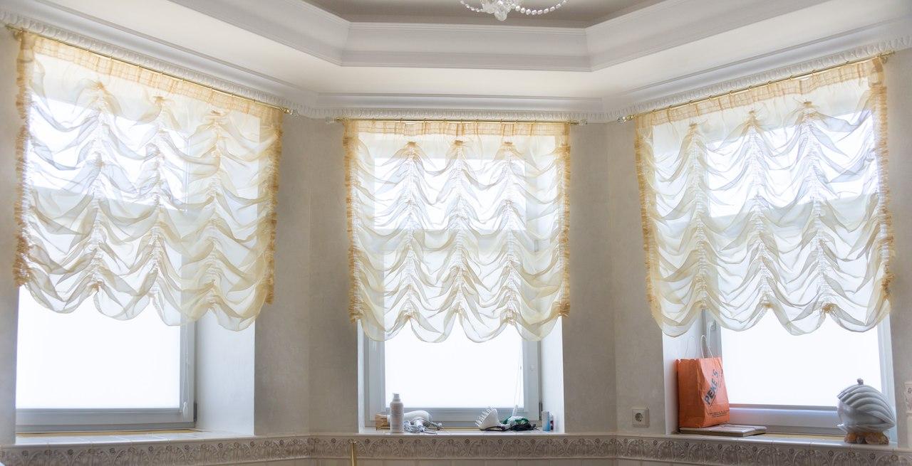 Желтые прозрачные французские шторы в гостиной