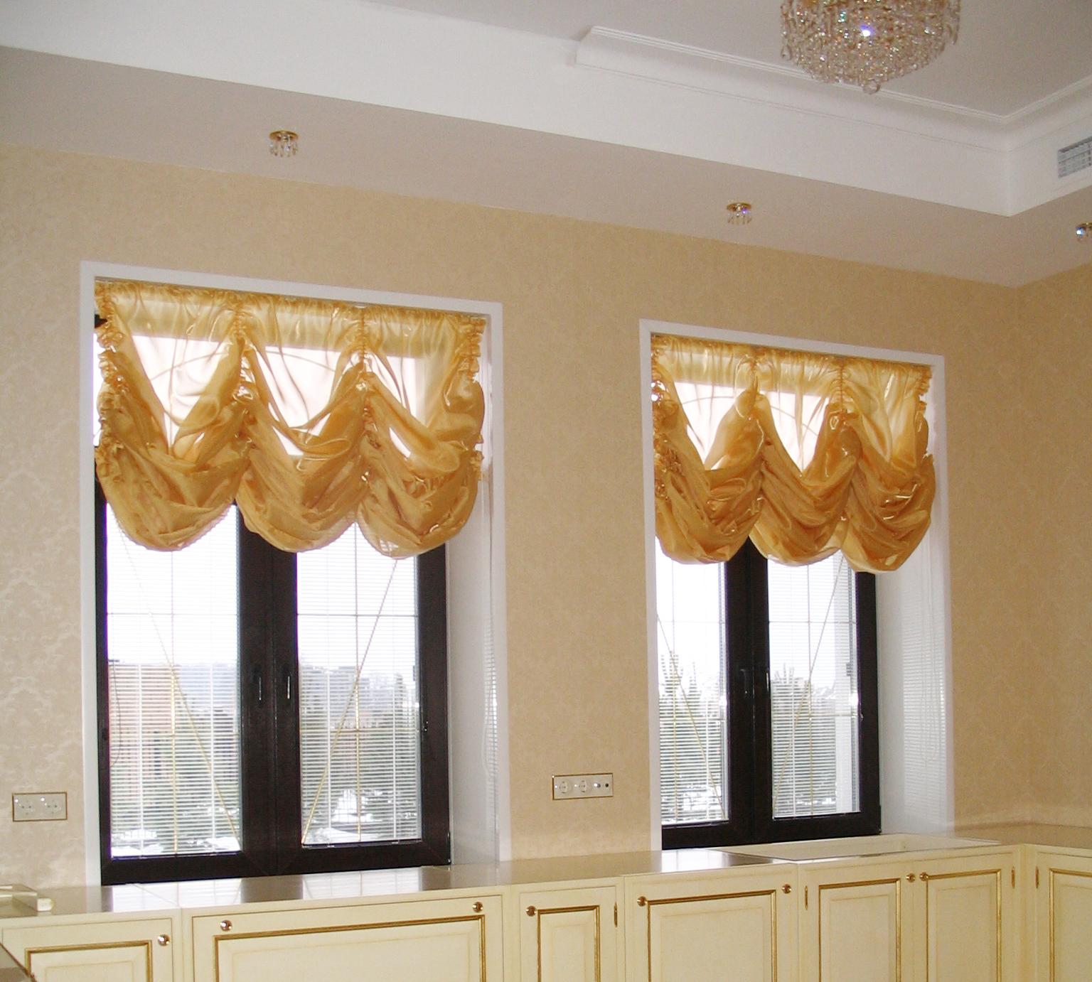 Золотистые французские шторы в современной квартире
