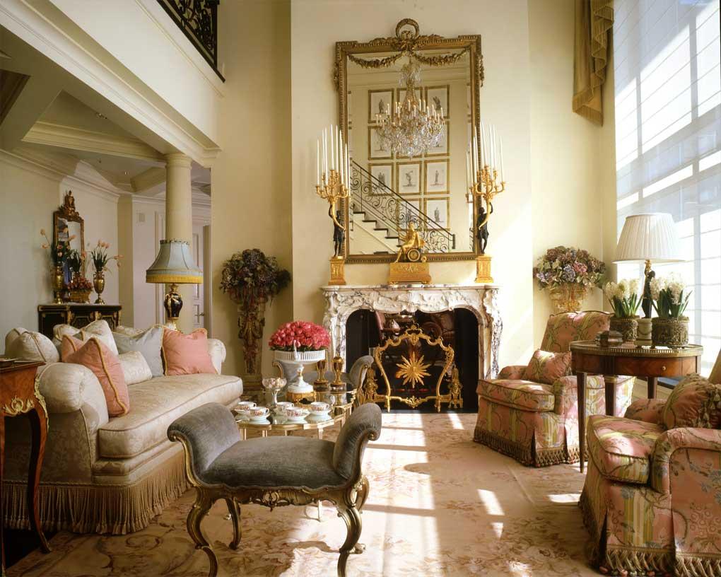 Роскошная мебель и декор в гостиной во французском стиле