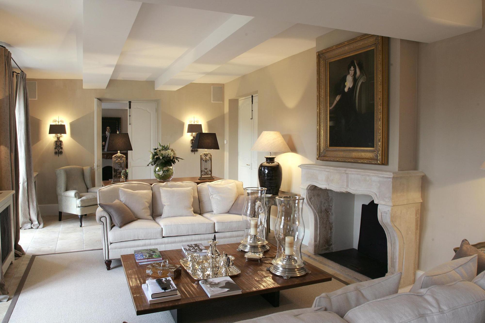 Светлая гостиная с камином во французском стиле