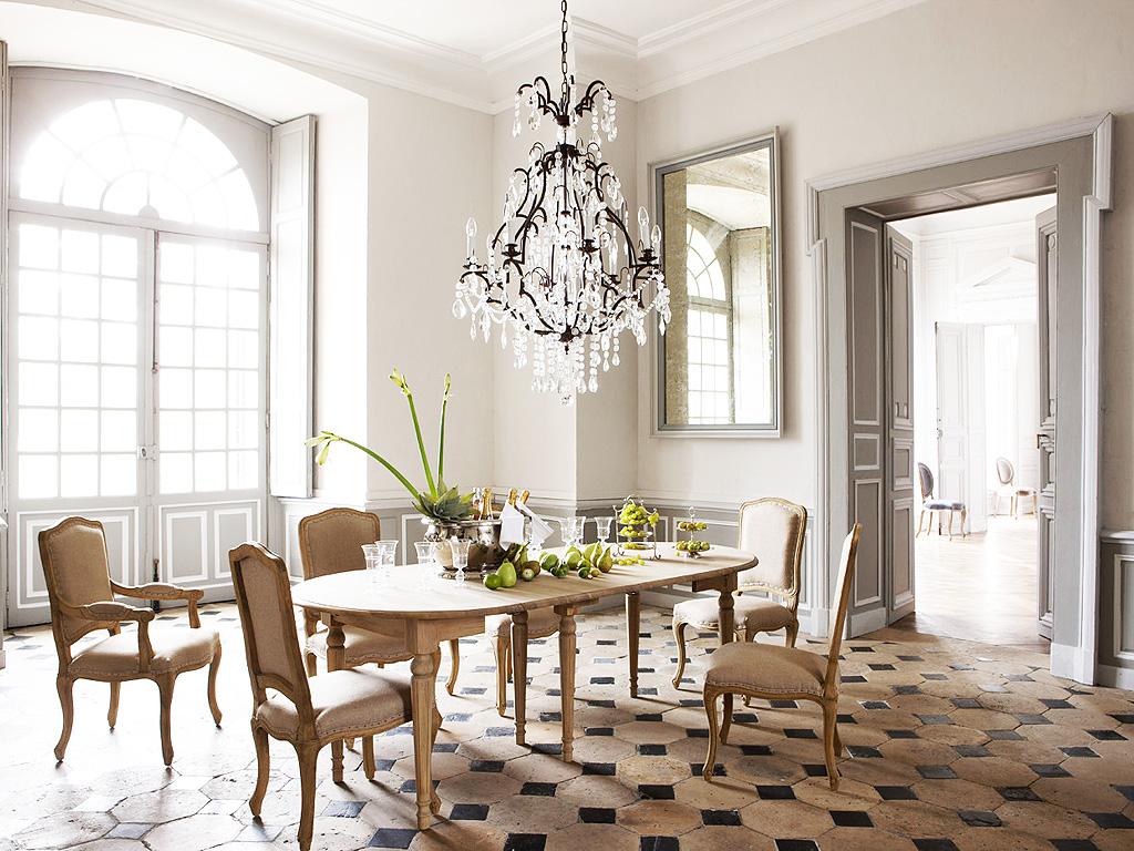 Бежевая мебель в столовой во французском стиле