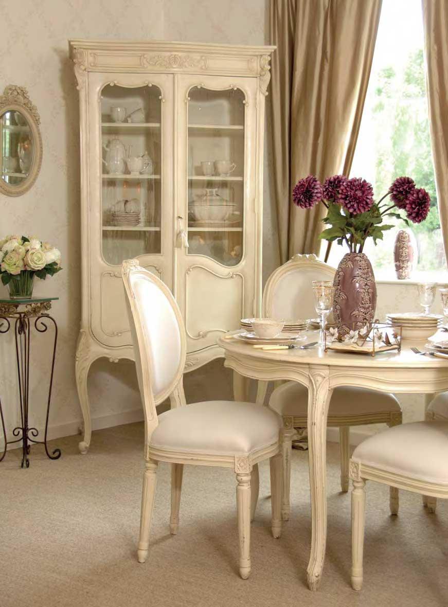 Светло-бежевая мебель в столовой во французском стиле