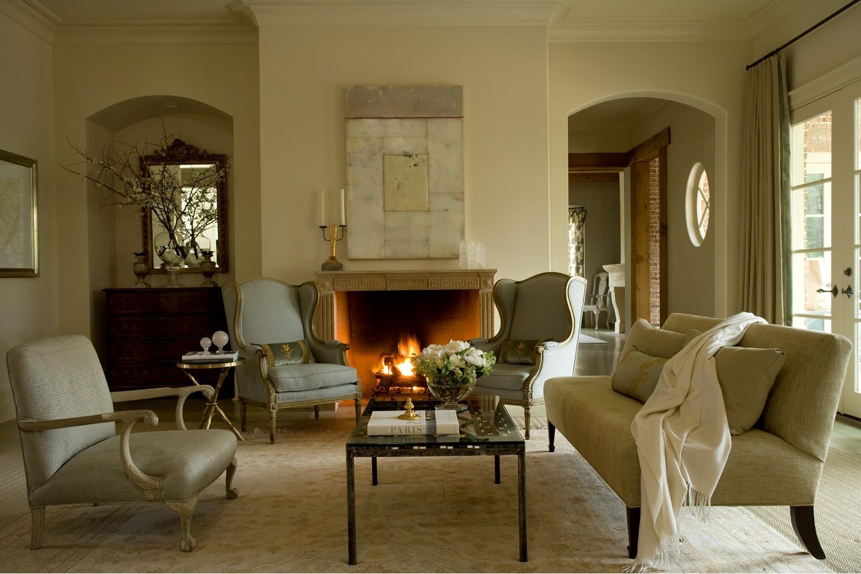 Минимум декора в гостиной с камином во французском стиле