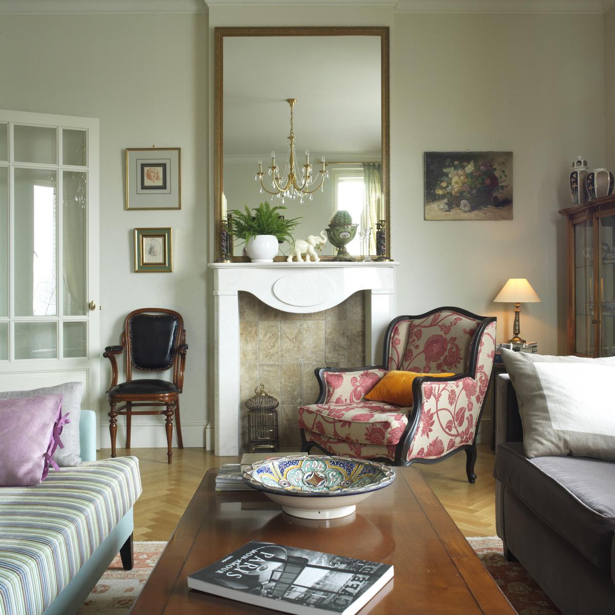 Зеркало и грамотно подобранный декор для гостиной с камином во французском стиле