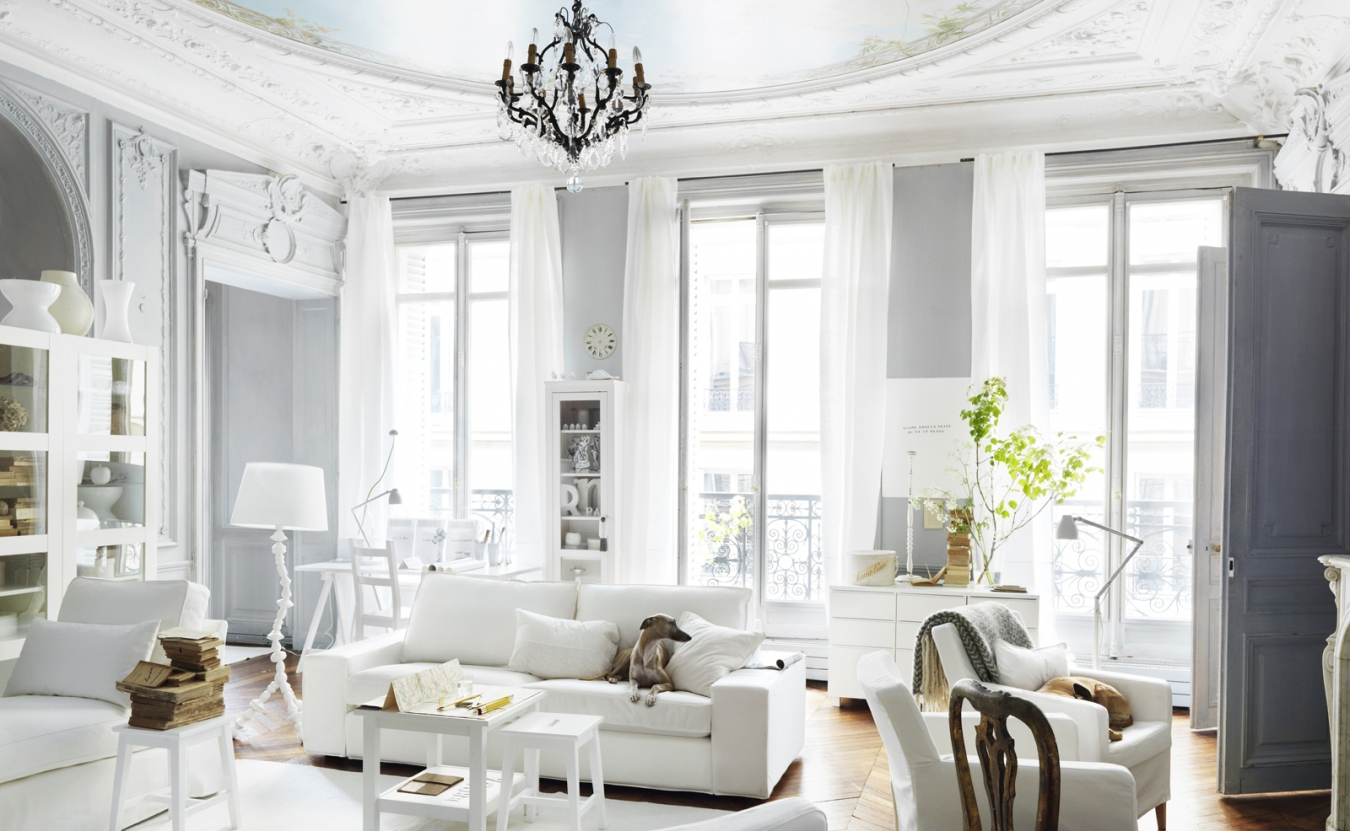 Бело-серая красивая гостиная во французском стиле