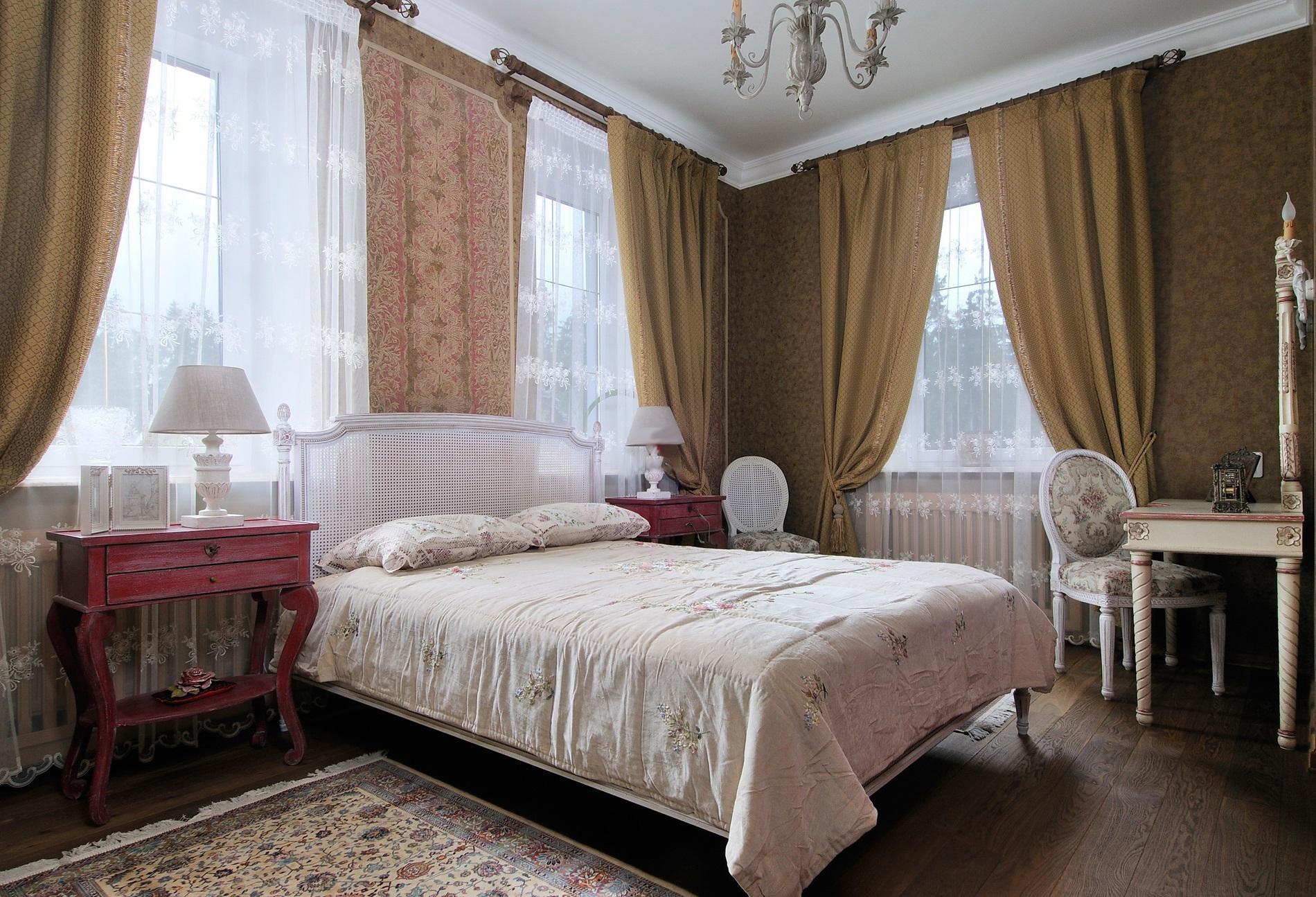 Уютная просторная спальня во французском стиле