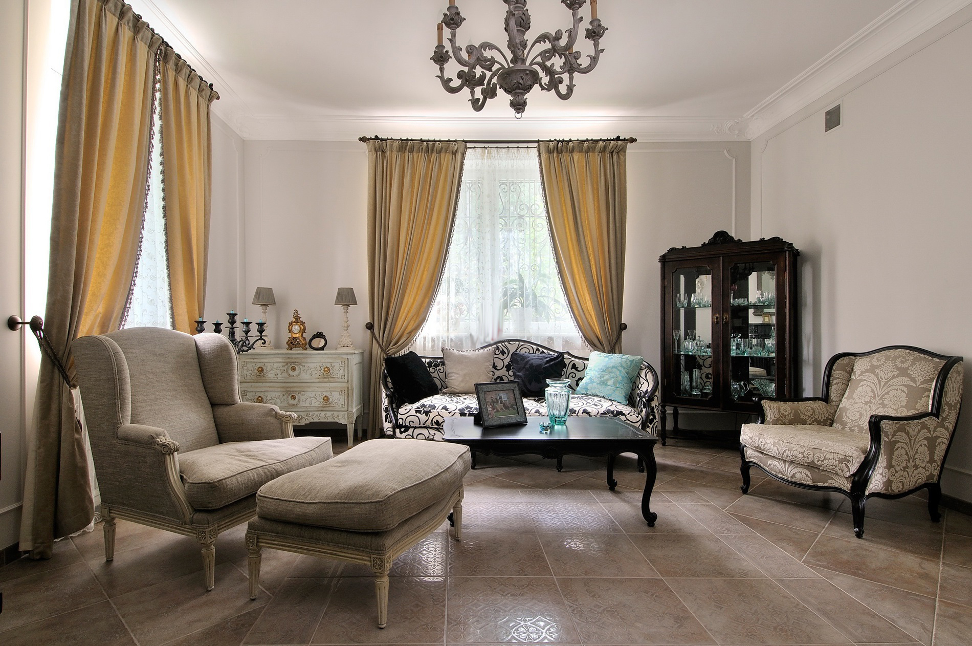 Бежево-коричневая гостиная во французском стиле