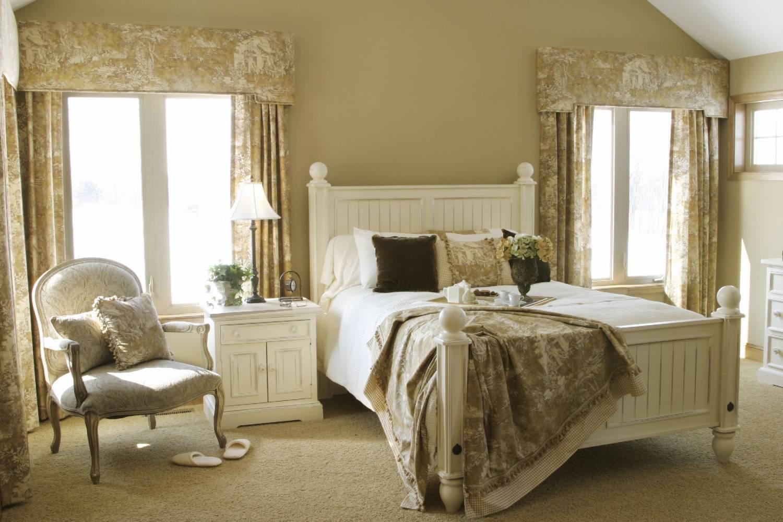 Бело-бежевая спальня во французском стиле