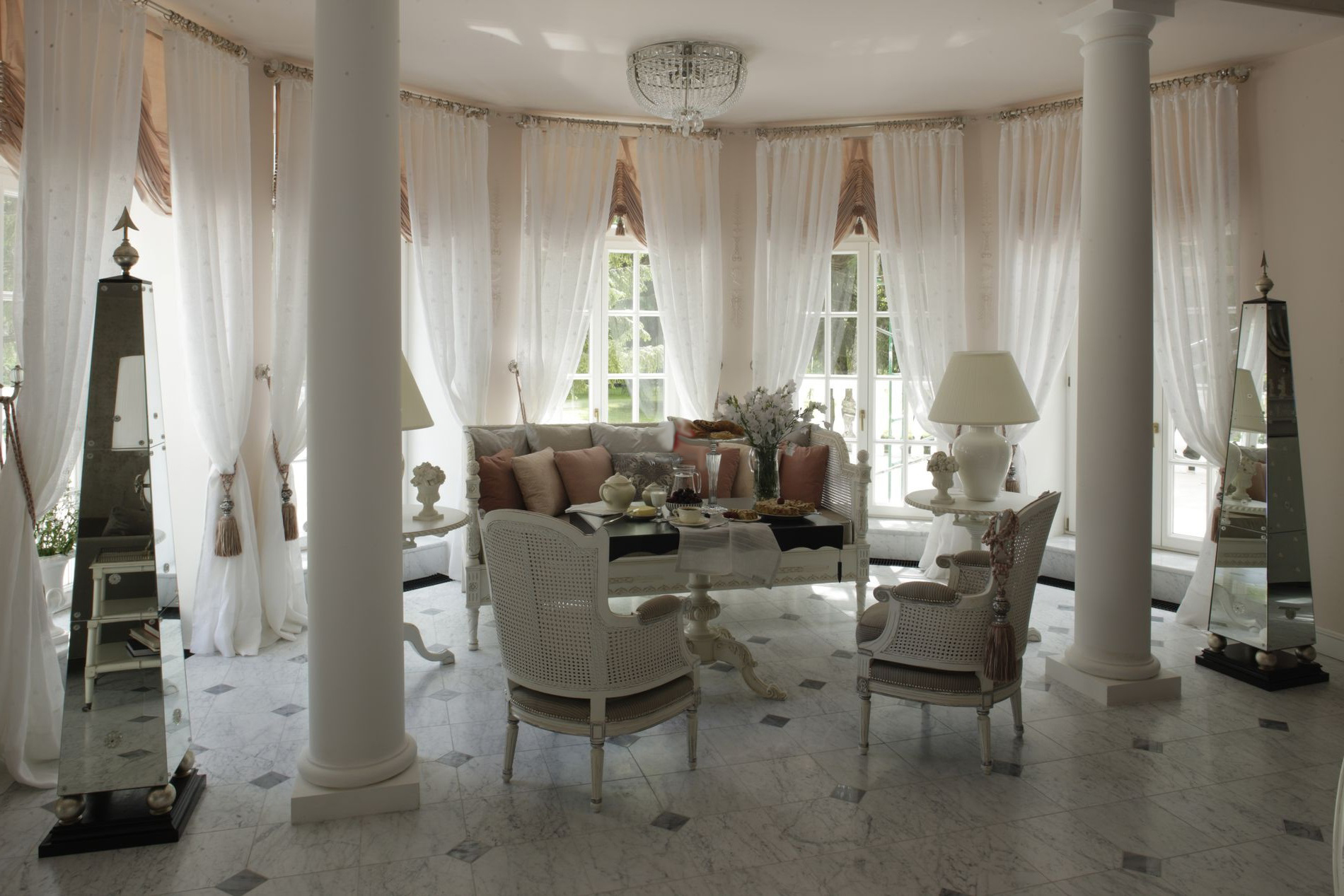 Гостиная в белых тонах с колоннами во французском стиле