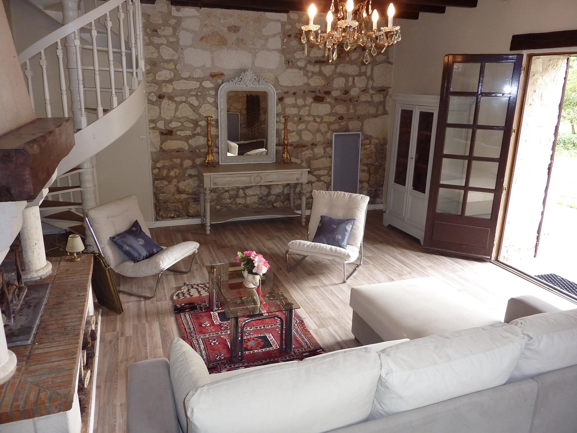 Декор стены под камень и белые стены в гостиной во французском стиле
